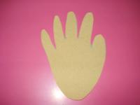 Déposez chaque doigt de la main sur le bord du fun foam et tracez