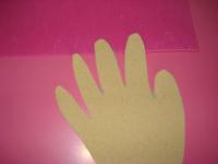 Découpez les bouts de doigt qui représenteront les ongles je ne