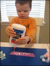 Remettez les languettes de papier et la colle aux enfants.