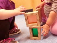 Des cubes de bois multicolores maison-1
