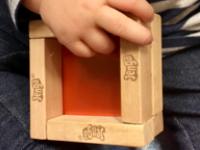 Des cubes de bois multicolores maison-2