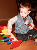 Deux jouets en bois au banc dessai-3