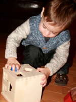 Deux jouets en bois au banc dessai-6