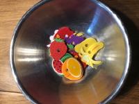On s'amuse à préparer des salades de fruits-3