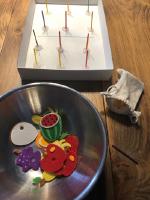 On s'amuse à préparer des salades de fruits-8