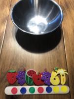 On s'amuse à préparer des salades de fruits-9
