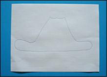 Avec le stylo, dessinez une forme de chapeau de cowboy sur la feuille de papier.
