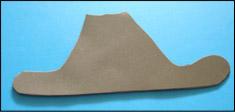 Demandez aux enfants de tracer le modèle en papier sur le Fun Foam brun et de le découper.