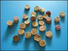 Coupez chaque bouchon de liège en quatre.