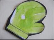 7. À l'aide de ruban adhésif double face ou de colle, fixez le papier construction derrière les mitaines pour solidifier.