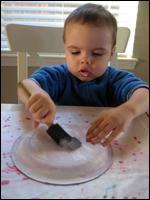 2. Faites peinturer l'assiette en papier.