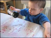 5. Retirez la pellicule du papier Mac-Tac et secouez des brillants par-dessus.