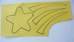 Dessinez ou tracez une étoile sur le papier jaune.