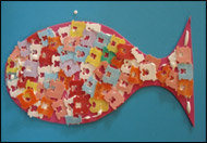 Appliquez de la colle blanche librement sur toute la surface de votre poisson.