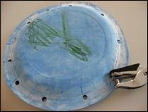 Si vous utilisez du ruban pour fixer les assiettes ensemble, faites les trous dans les deux assiettes simultanément.