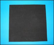 Utilisez la règle pour dessiner un carré parfait sur le Fun Foam noir et découpez-le ensuite.