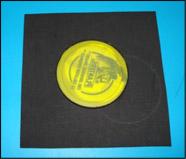 Appliquez de la colle sur le couvercle en plastique et presses-le au centre du carré.