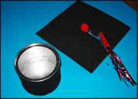 Le couvercle peut facilement être retiré afin d'y insérer de petites fournitures scolaires ou les petits trésors de l'enfant.