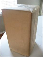 Emballez la boite avec le papier Kraft comme vous le feriez pour un cadeau.