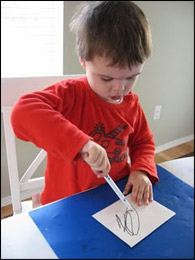 Faites le courrier. Nous avons utilisé des enveloppes blanches.