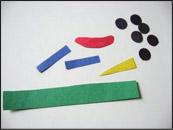 3. Pendant que les enfants sont occupés à colorier, découpez des yeux, des nez ainsi que de longues bandelettes qui pourront être utilisées pour les visages.
