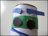 6. Une fois que les enfants ont terminé de colorier, emballez le rouleau de papier essuie-tout avec le papier blanc.