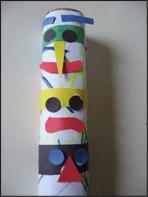 7. Commencez à coller les morceaux des visages sur le totem.