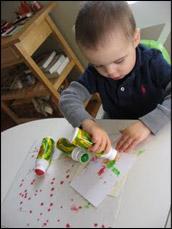 Faites décorer le papier par les enfants.