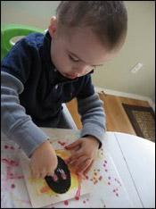 Ensuite, si les enfants sont assez vieux, faites-leur découper les photos pour qu'elles aient différentes formes.