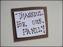 Pendant que les enfants sont occupés à placer les photos, inscrivez un petit message sur un carré additionnel.