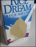 2. Découpez une ouverture dans le carton de lait.