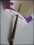 4. Passez la baguette/brochette dans les trous.