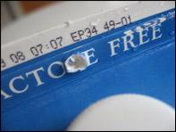 5. Faites un trou dans le haut du carton de lait pour y passer le ruban que vous utiliserez pour accrocher la mangeoire.