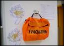À plusieurs endroits stratégiques et bien visibles, étaient installés des kits en cas d'évacuation.