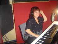 Claire Duguay compositrice et directrice musicale au clavier.