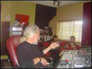 Charles Fairfield ingénieur et réalisateur en discussion avec les musiciens.