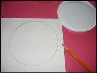 Tracez le couvercle en plastique rond sur le carton blanc et découpez le cercle.