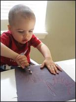 Faites colorier les mains par les enfants à l'aide de crayons blancs.