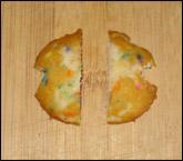 Coupez chaque dessus de gâteau en deux pour représenter les ailes.
