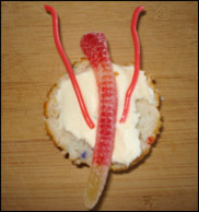 Déposez un ver en gelée au centre de la partie inférieure de chaque petit gâteau.