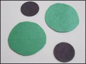 Pendant que les enfants sont occupés à peinturer, découpez 2 grands cercles verts et 2 petits cercles noirs par enfant.