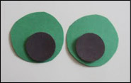 Collez les cercles noirs sur les cercles verts pour créer les yeux.