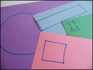 Dessinez les formes suivantes sur le papier de construction pour débuter : un grand cercle, un rectangle, un carré, quatre petits triangles et un cercle plus petit (pas montré).