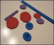 4.Découpez de petits morceaux de « Fun foam » pour les yeux, les boutons et d'autres décorations de robot.