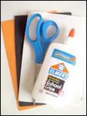 1. Rassemblez votre matériel. Vous aurez besoin de « Fun foam » (orange, noir, et blanc), des ciseaux, un stylo et de la colle.