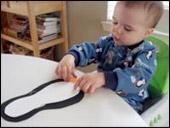 8. Collez. Si vous faites ce bricolage avec de très jeunes enfants, dessinez les yeux et le bec car ils peuvent être tentés de mettre ces petits morceaux dans leur bouche.