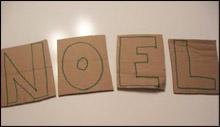 Écrivez les lettres sur le carton.