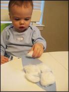 5. Appliquez de la colle et invitez les enfants à y déposer des boules de ouate.