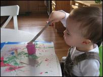4. Au fur et à mesure que mon fils terminait de peinturer une forme, je retirais la couleur pour l'encourager à utiliser plusieurs couleurs.