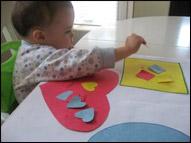 Commencez par donner quelques petites formes aux enfants pour voir s'ils savent à quel endroit elles vont.